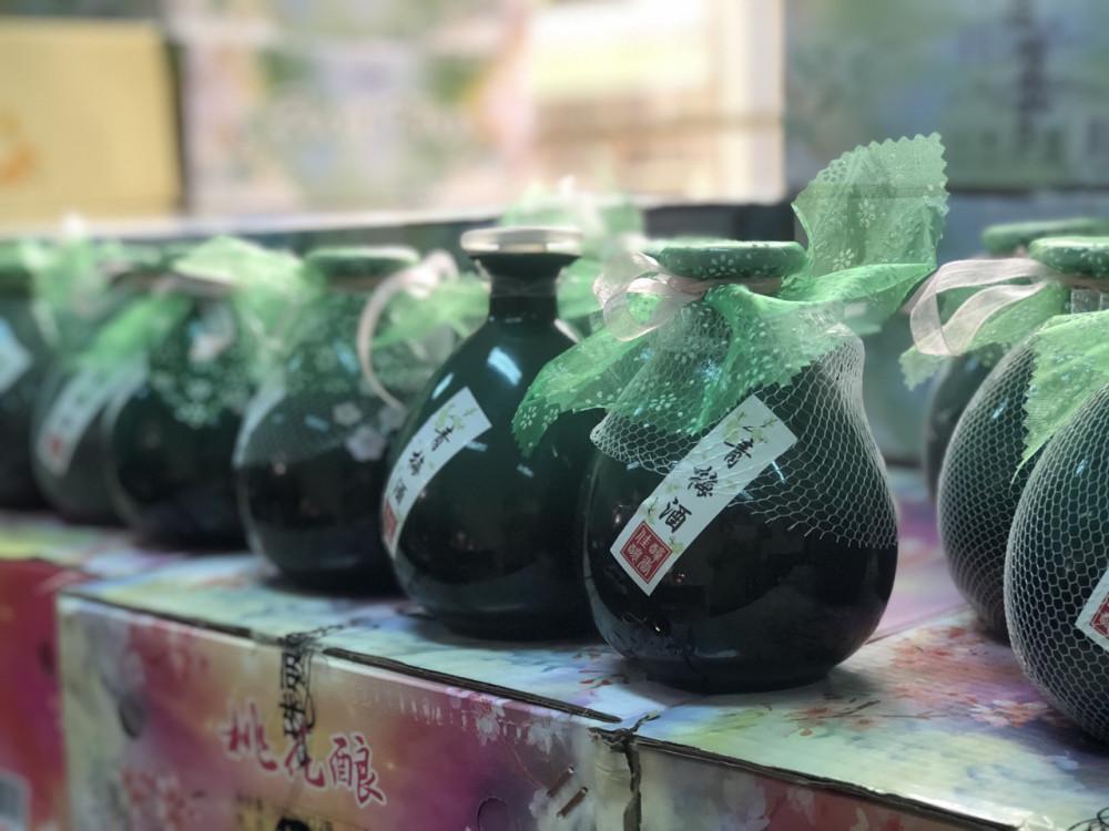 Toàn bộ vỏ hộp rượu có ghi chữ nước ngoài