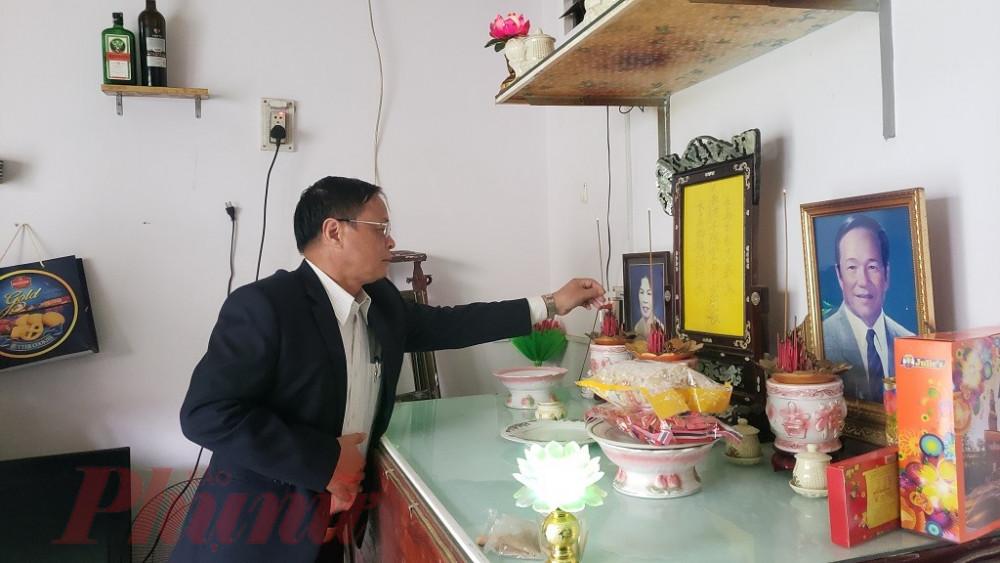 Ông Võ Ngọc Đồng, Chủ tịch UBND huyện Hoàng Sa thắp hương tưởng niệm nhân chứng Hoàng Sa