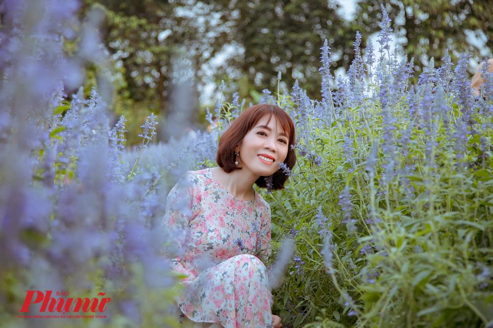 Rất nhiều bạn trẻ Sài Gòn thích thú chụp ảnh với hoa oải hương tím ngát.