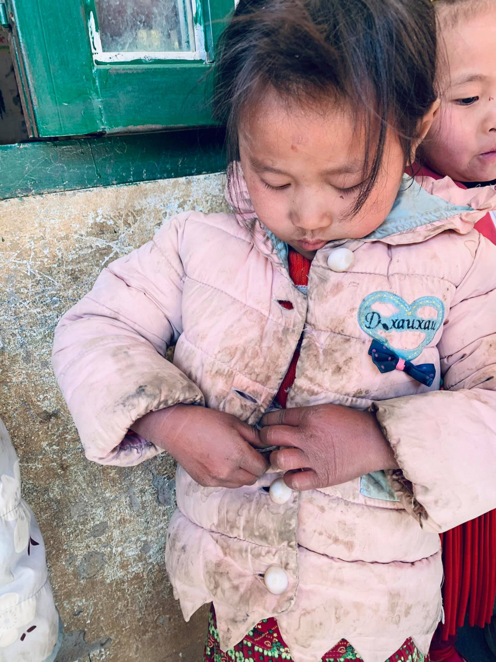 Nhiều em bé chỉ có một chiếc áo ấm mặc quanh năm, lem luốc, bẩn nhưng bố mẹ không thể mua cho em áo mới.