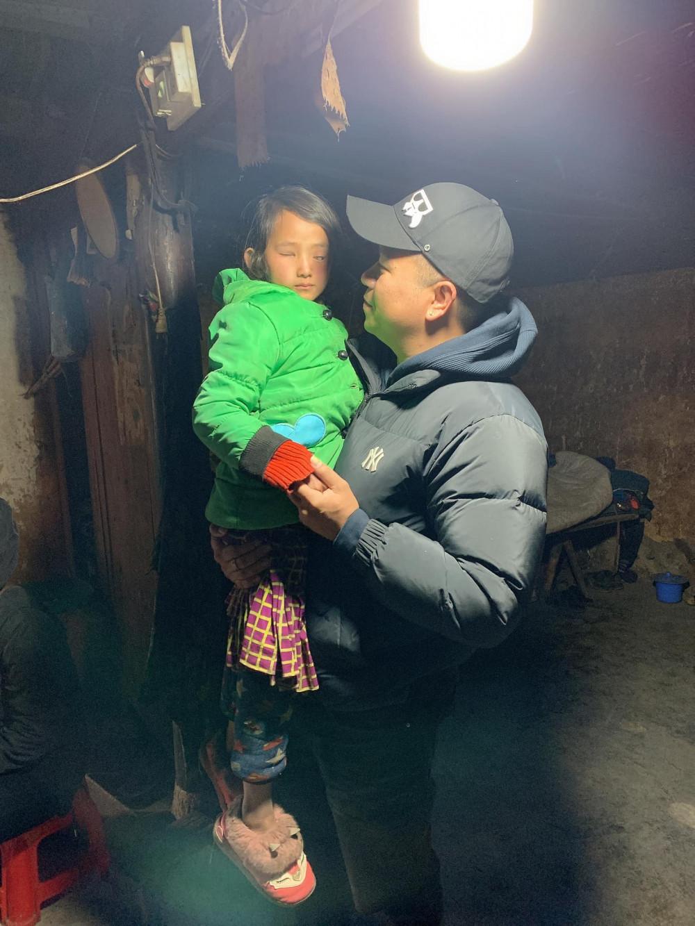 Trần Trung Kiên và em bé bị hỏng mắt ở Hà Giang.