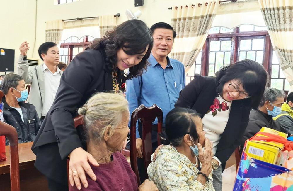 Bà Phan Thị Thắng (bìa trái), Phó chủ tịch UBND TP.HCM, thăm bà con bão lũ miền Trung