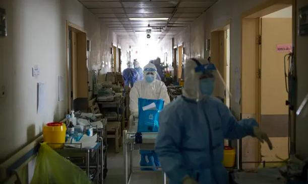 Một đơn vị chăm sóc đặc biệt tạm thời vào tháng 2 năm 2020 tại bệnh viện Chữ thập đỏ ở Vũ Hán, nơi nhiều bệnh nhân đang trong tình trạng nguy kịch. Ảnh: Gerry Yin / The Guardian