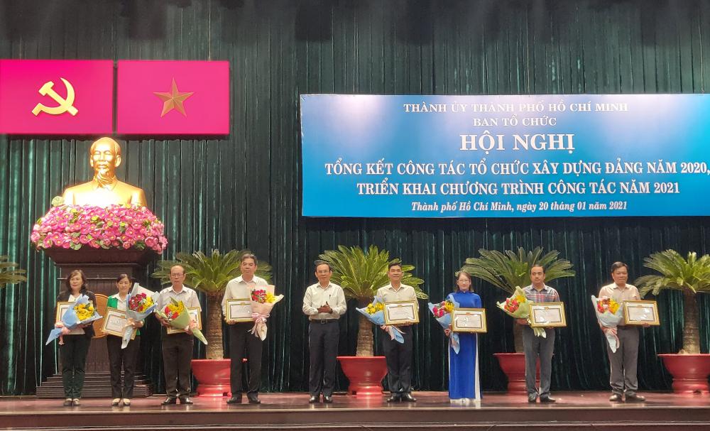 Dịp này, Ban Thường vụ Thành ủy tặng 8 Bằng khen, Ban Tổ chức Thành ủy tặng 16 giấy khen cho các tập thể và cá nhân có thành tích xuất sắc trong công tác tổ chức xây dựng Đảng năm 2020.