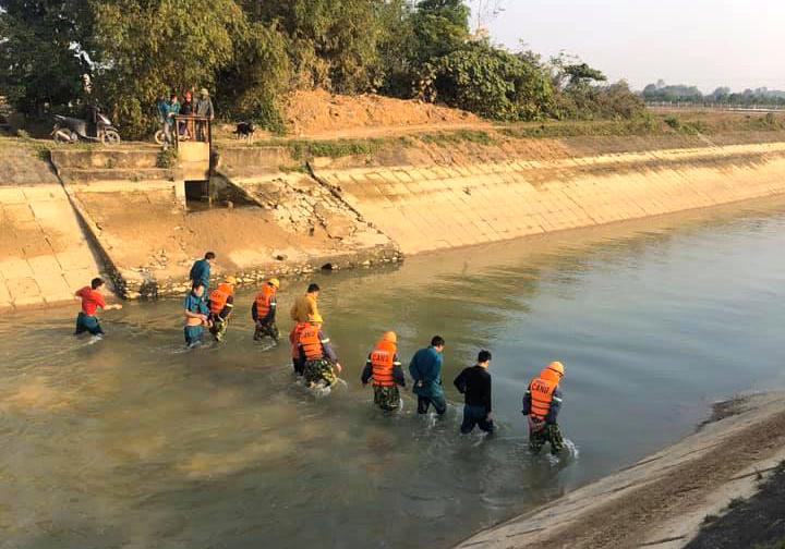 Lực lượng chức năng cùng người dân lội nước rà tìm bé trai bị nước cuốn trôi