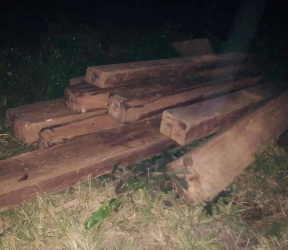 Các đối tượng quăng gỗ xuống lề đường rồi bỏ trốn