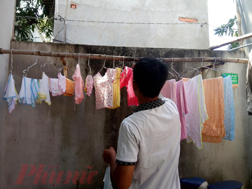 Huyền giúp vợ những công việc nhẹ như giặt đồ cho con.