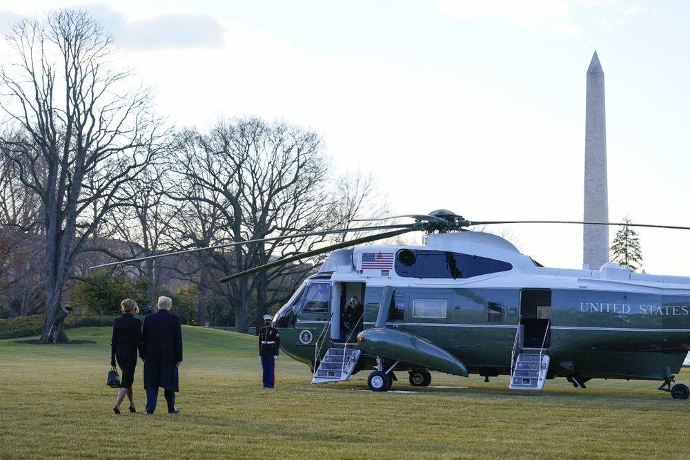 Tổng thống Donald Trump và phu nhân Melania cùng nhau rời Nhà Trắng vào sáng 20/1