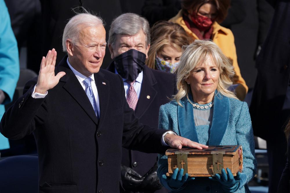 Ông Joe Biden tuyên thệ nhậm chức trong buổi lễ được trực tiếp toàn quốc nhằm phòng tránh COVID-19, thay cho sự kiện với hàng ngàn người ủng hộ như những người tiền nhiệm