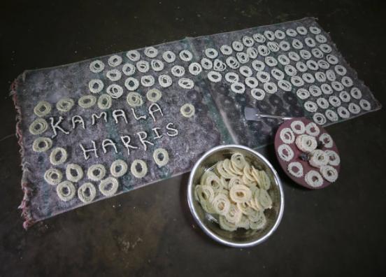 Trước cuộc bầu cử ở Mỹ vào tháng 11, dân làng ở Thulasendrapuram đã kéo nhau đến làm lễ tại ngôi đền chính của đạo Hindu để cầu chúc may mắn cho Harris. Sau chiến thắng của cô, họ đốt pháo và phân phát đồ ngọt và hoa như một lễ vật tôn giáo.