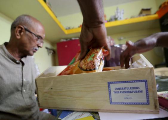 Hôm thứ Ba, một tổ chức khuyến khích việc ăn chay đã gửi những gói thực phẩm cho trẻ em làng làm quà để ăn mừng thành công của Harris.