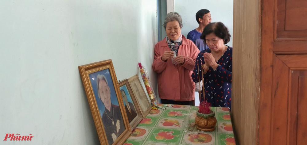 Các dì Ban Phụ vận Sài Gòn - Gia Định đến thắp hương cho các các liệt sĩ Ban Phụ vận năm xưa
