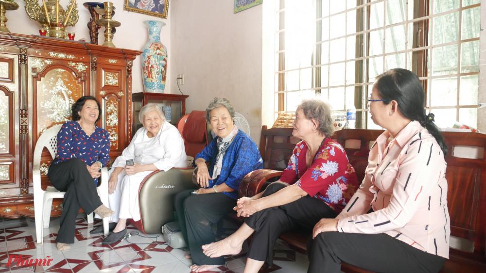 Đoàn đến thăm dì Trần Thị Hữu tại tỉnh Bình Dương.