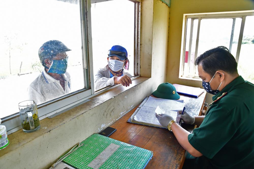 Người Việt từ Campuchia về đang làm thủ tục nhập cảnh tại Cửa khẩu quốc tế Mộc Bài - Ảnh: Lê Quân