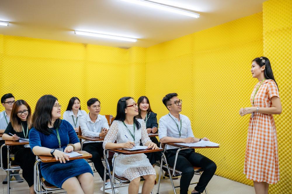 Sinh viên tuổi lục tuần Đào Thị Thư (giữa, hàng đầu) trong giờ học tại Trường đại học Văn Hiến