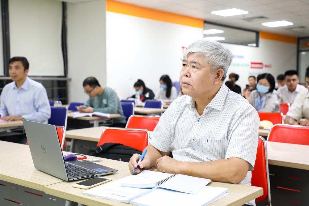 Học viên Trịnh Đức Chinh (bìa phải) cùng bạn học trong lớp cao học quản trị kinh doanh  Trường đại học Kinh tế Tài chính TP.HCM