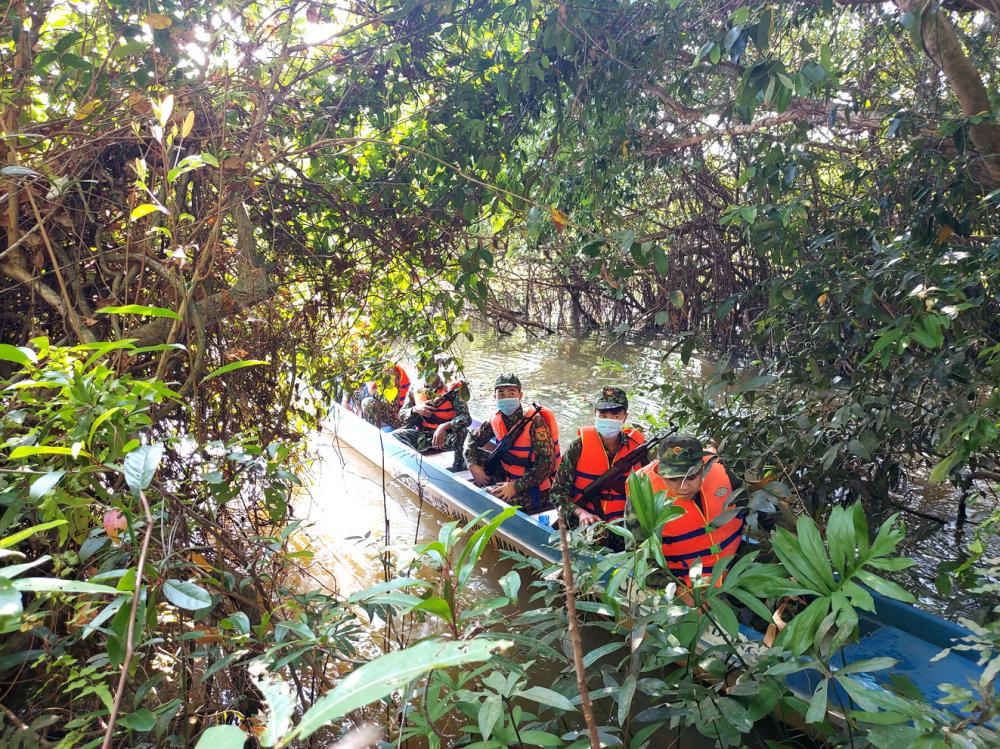 Các chiến sĩ Đồn biên phòng Lò Gò tuần tra dọc biên giới với Campuchia - Ảnh: Sơn Vinh
