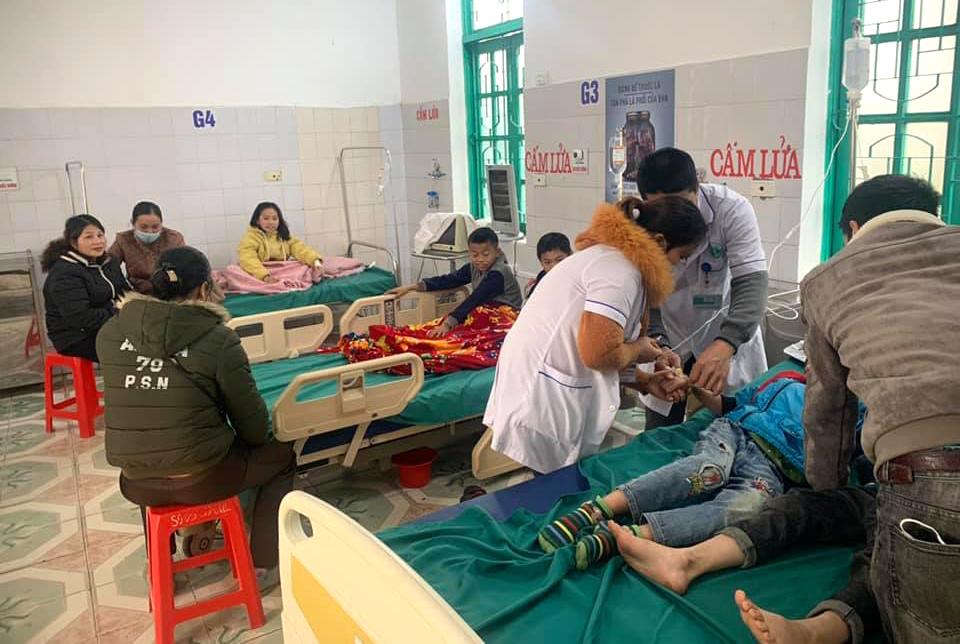 Sau khi được các bác sĩ truyền dịch và giải độc, các em đã dần ổn định sức khỏe