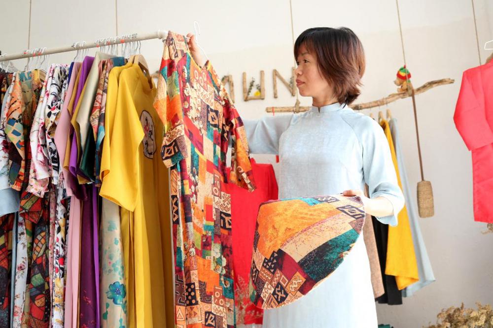 Chị Cẩm Tú luôn tìm tòi, sáng tạo để những chiếc áo dài của mình vừa mang nét đẹp  truyền thống, vừa trẻ trung, hiện đại