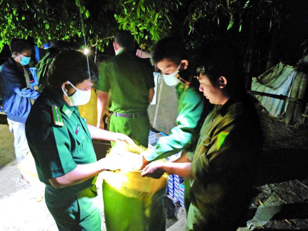 Lực lượng biên phòng tỉnh Tây Ninh phát hiện một vụ vận chuyển hàng lậu qua biên giới nhữ ng ngà y cuối năm Ả NH: LÊ QUÂN