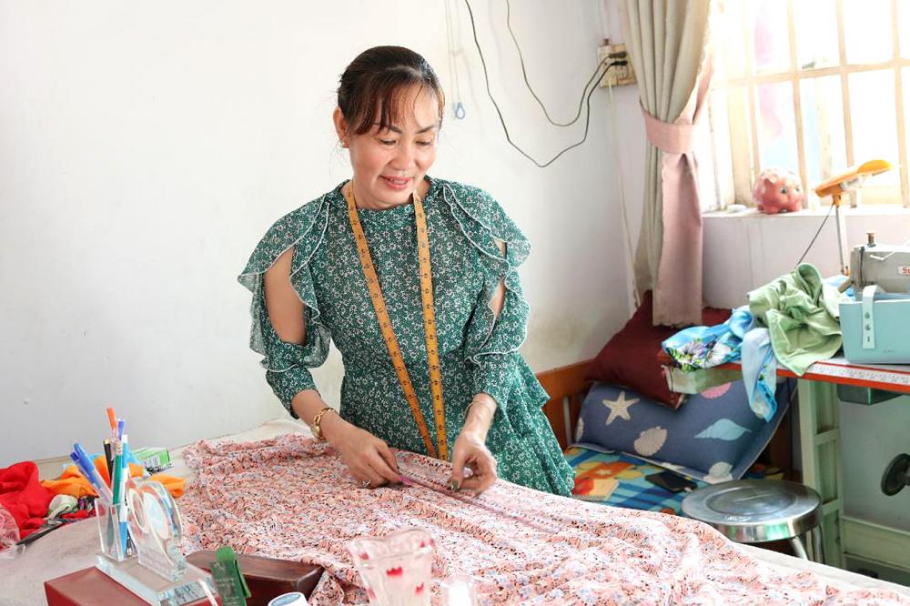 Chị Trúc Ly đã gắn bó với nghề may áo dài hơn 20 năm nay