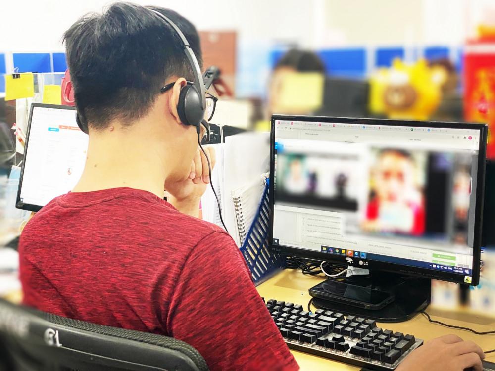 Nhân viên thẩm định sử dụng video call để hỗ trợ khách hoàn tất hồ sơ vay. Ảnh: ATM Online cung cấp