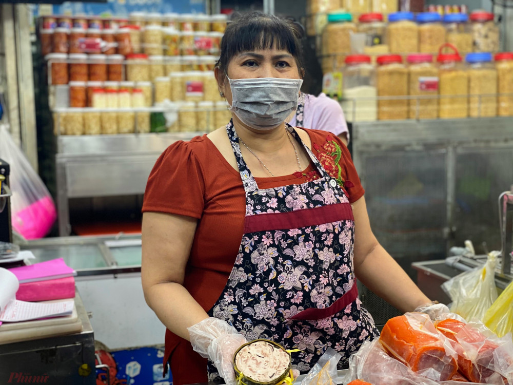 Theo một số tiểu thương kinh doanh tại chợ Phạm Văn Hai (Q.Tân Bình) hầu hết đối với nhóm hàng thực phẩm họ kinh doanh tại chợ đều bán hết ngay trong ngày, do năm nay khá đặc biệt là vì dịch bệnh COVID-19, ảnh hưởng đến hầu hết các ngành nghề, nên tiêu thương chỉ lấy đúng số lượng