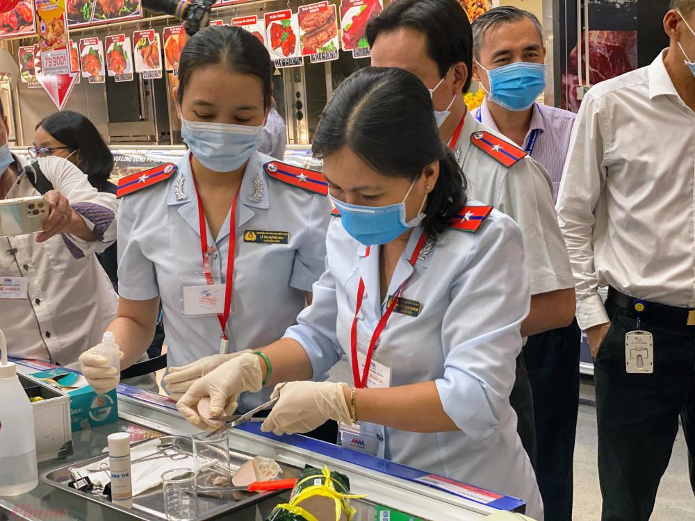Buổi chiều cùng ngày, Ban ATTP TPHCM tiến hành kiểm tra một kho hàng chuyên vận chuyển các loại hàng hoá, chứng