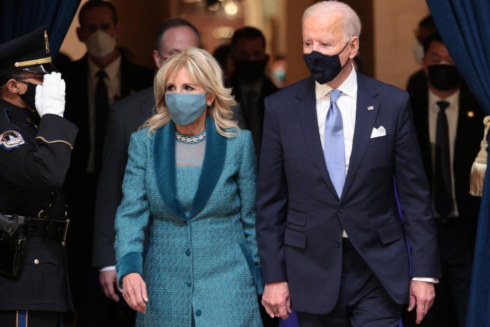 Bằng cách hợp tác với một nhãn hiệu mới do Mỹ sản xuất, bà Jill Biden đã âm thầm gửi gắm thông điệp sẽ nâng tầm và tin tưởng của các nhà thiết kế mới nổi trong nước. Khẳng định gu thời trang riêng nhưng Đệ nhất phu nhân vẫn phải đáp ứng sự đồng điệu với chồng.