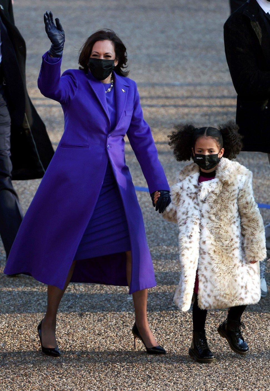 Bà Kamala Harris nổi bật trong bộ trang phục đơn sắc, đầy khác biệt trong ngày mà bà làm nên lịch sử khi trở thành nữ Phó Tổng thống đầu tiên của Hoa Kỳ. Bà tiếp tục trung thành với sắc tím, một trong những màu nổi bật được bà sử dụng thường xuyên trong chiến dịch tranh cử vào Nhà Trắng trước đó. Tuy nhiên cũng có một số thông tin cho rằng màu tím tượng trưng cho sự thống nhất, tổng hòa giữa màu đỏ và xanh, như trong sự phân chia bang màu đỏ và màu xanh lam đặc trưng cho đất nước trong bốn năm qua.