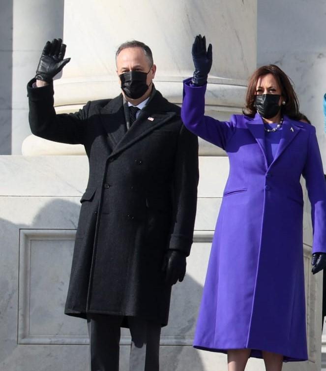 Tương tự, phu quân Phó Tổng thống đầu tiên trong lịch sử nước Mỹ, ông Doug Emhoff, cũng xuất hiện trong bộ vest màu xám than cũng của nhãn hàng Ralph Lauren.