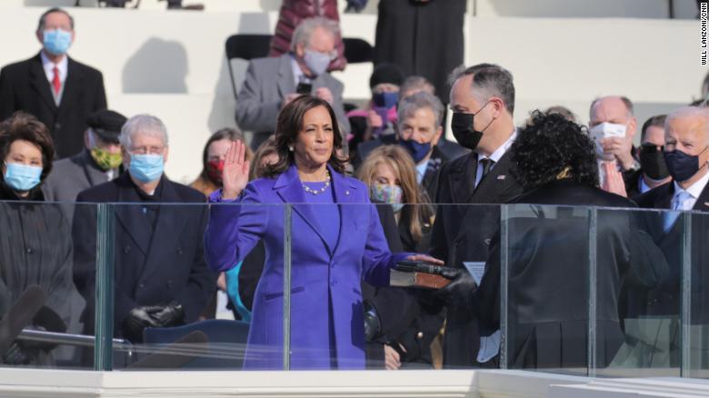 Bằng cách chọn mặc trang phục của nhà thiết kế da màu trẻ tuổi Christopher John Rogers, bà Kamala Harris báo hiệu cho những kế hoạch nâng cao danh tiếng và uy tín của bản thân với tư cách nữ Phó Tổng thống da màu đầu tiên của Mỹ.