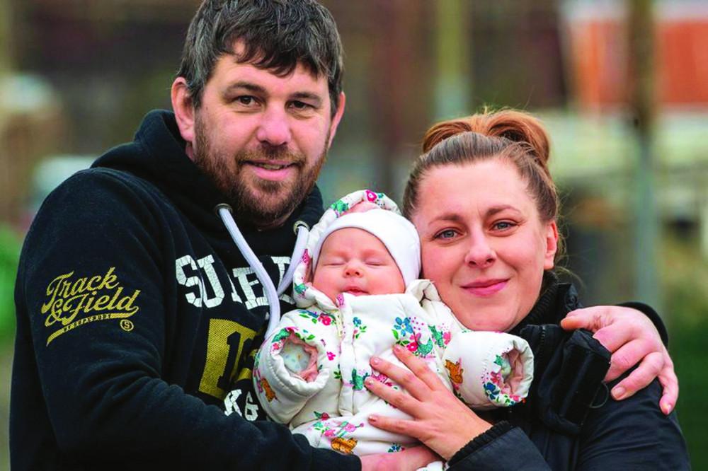 Gia đình Marta Adamska, James Dear và Ella đã sẵn sàng để tận hưởng cuộc sống mới cùng nhau trên căn nhà di động - Ảnh: MIRROR