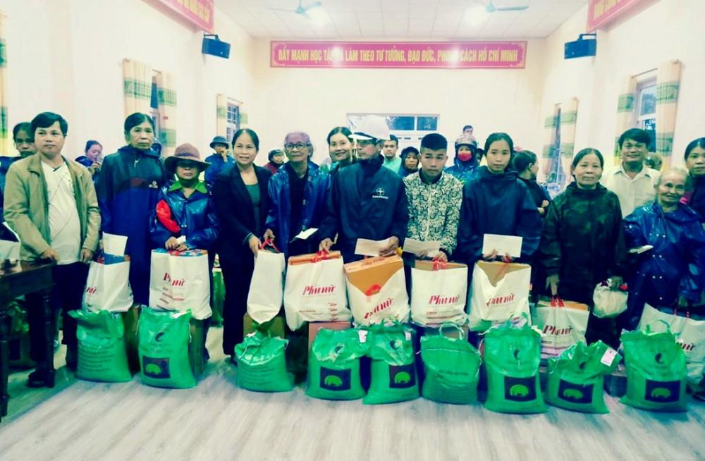 Hội LHPN tỉnh Quảng Trị trao quà cho hội viên phụ nữ vùng lũ xã Triệu Tài, H.Triệu Phong