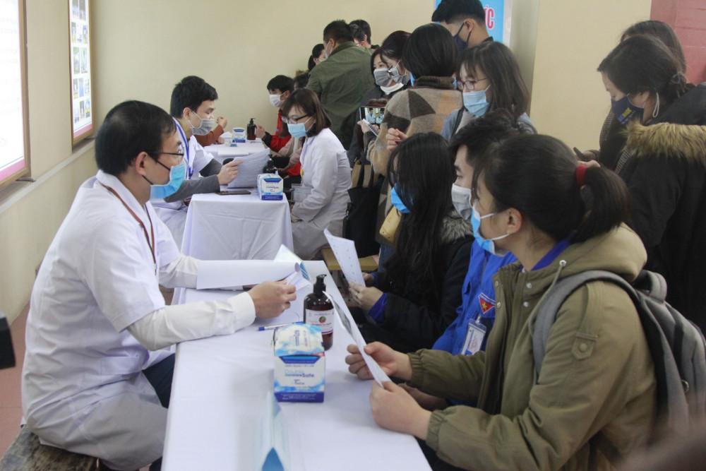 Hàng trăm sinh viên đến nghe tư vấn tiêm vắc xin Covivac tại Trường Đại học Y Hà Nội