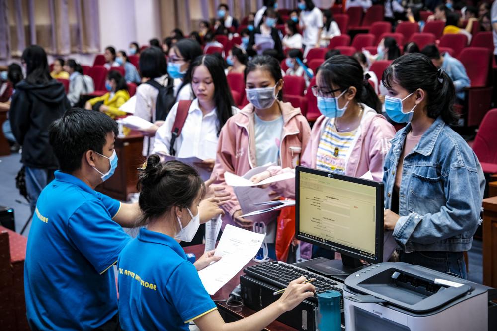 Sinh viên nhập học tại Trường ĐH Kinh tế Luật