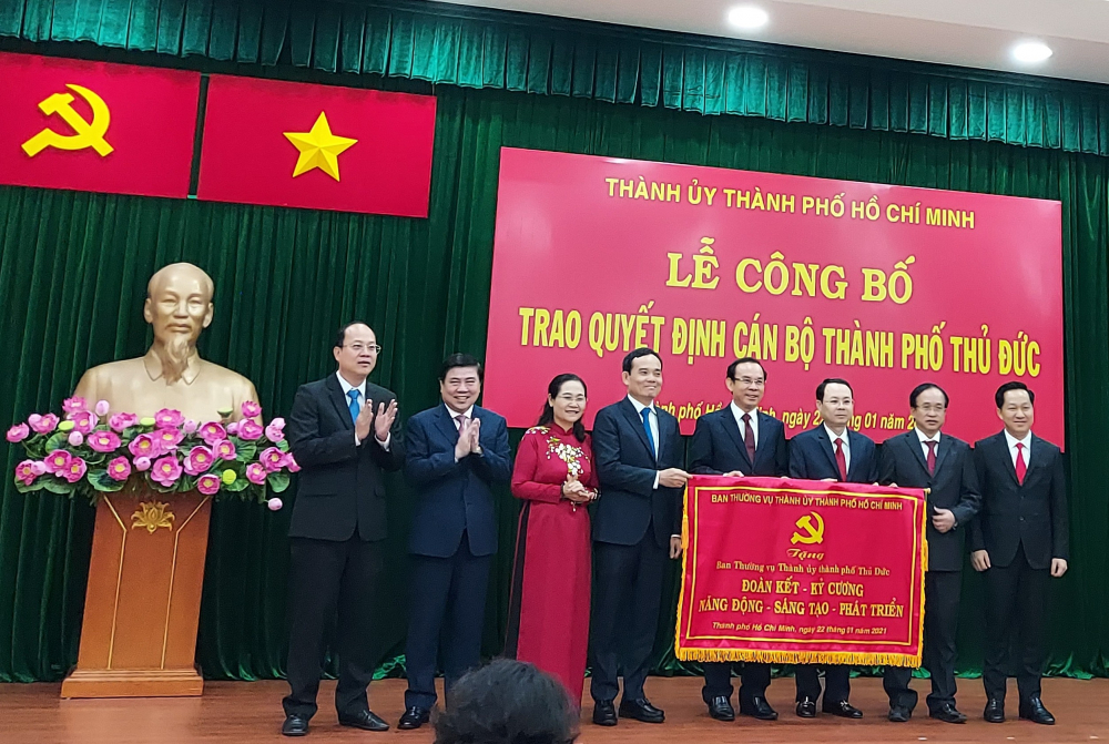 Thành ủy TPHCM trao bức phướn chúc mừng TP. Thủ Đức.