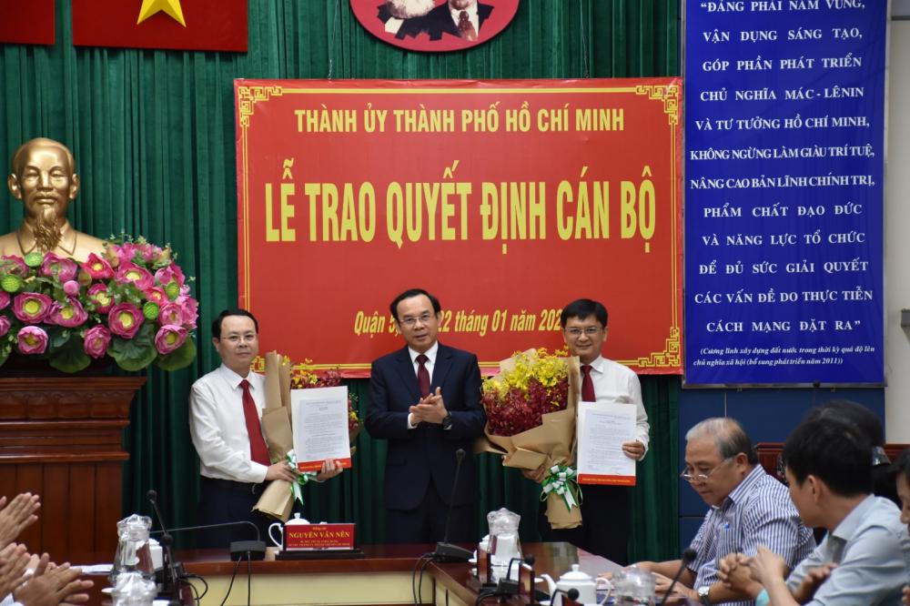 Bí thư Thành ủy TPHCM Nguyễn Văn Nên trao quyết định điều động ông Nguyễn Văn Hiếu và ông Nguyễn Mạnh Cường nhận nhiệm vụ mới.
