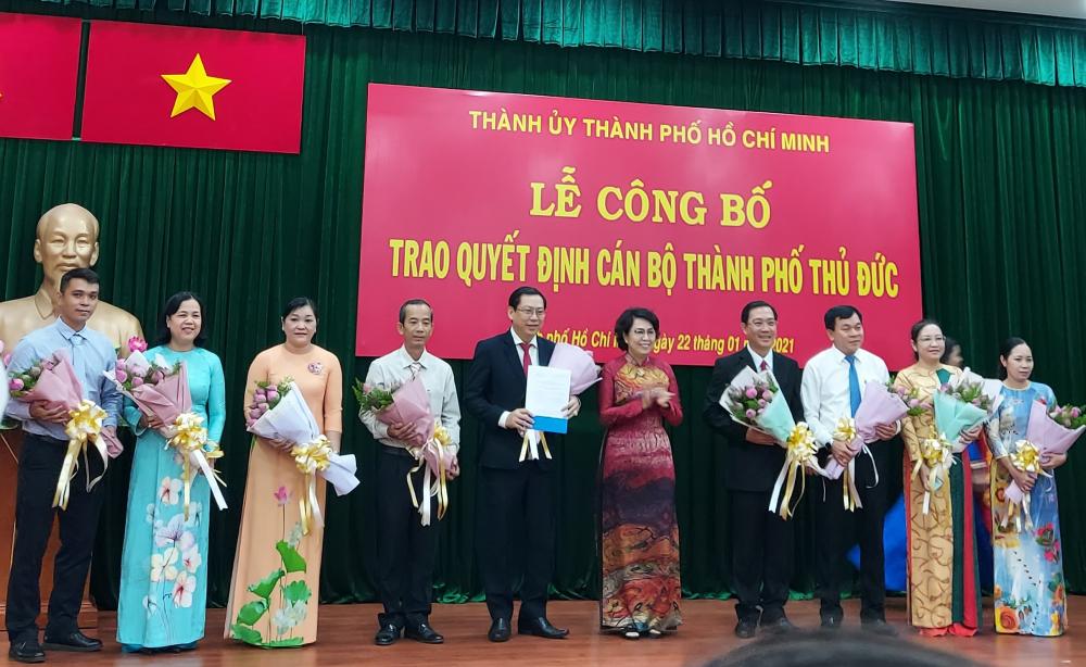Chủ tịch Ủy ban MTTQ Việt Nam TPHCM Tô Thị Bích Châu trao quyết định thành lập Ủy ban MTTQ TP. Thủ Đức lâm thời.