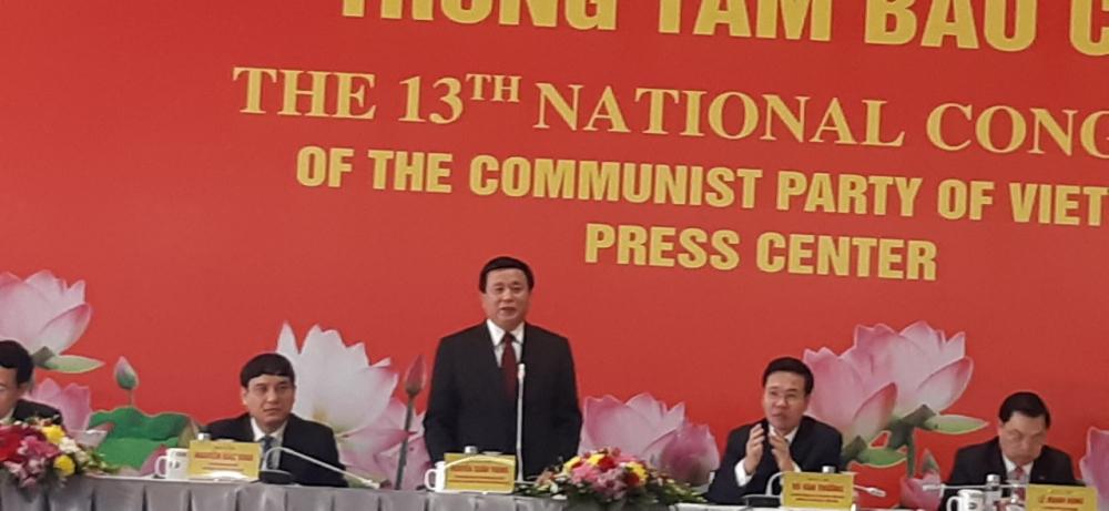 Ông Nguyễn Xuân Thắng, Giám đốc học viện Chính trị quốc gia Hồ Chí Minh, Chủ tịch Hội đồng lý luận TRung ương giới thiệu tóm tắt các văn kiện trình Đại hội
