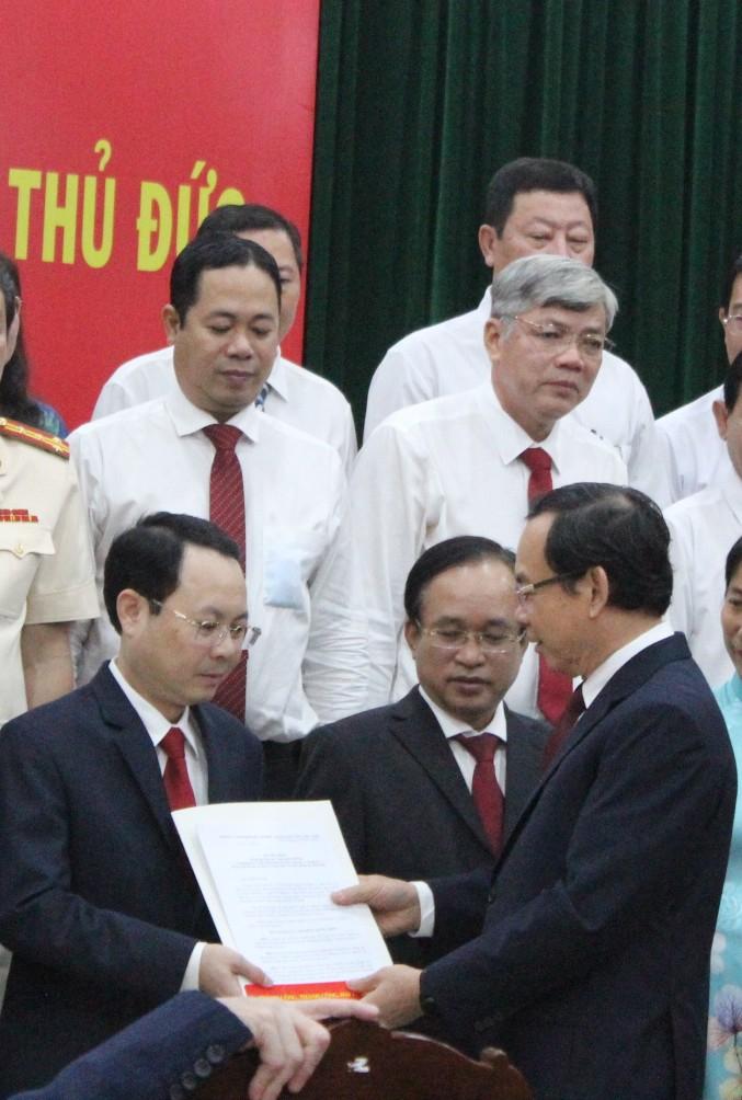 Bí thư Thành ủy TPHCM Nguyễn Văn Nên trao quyết định thành lập Đảng bộ TP. Thủ Đức cho đồng chí Nguyễn Văn Hiếu.