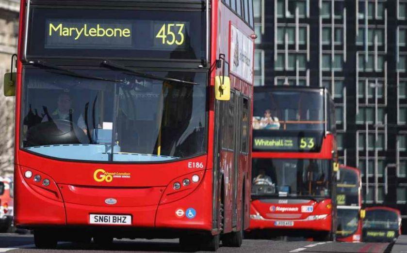Những chiếc xe bus được trưng dụng thành xe cứu thương chuyên chở bệnh nhân mắc COVID-19 ở thủ đô London - Ảnh: