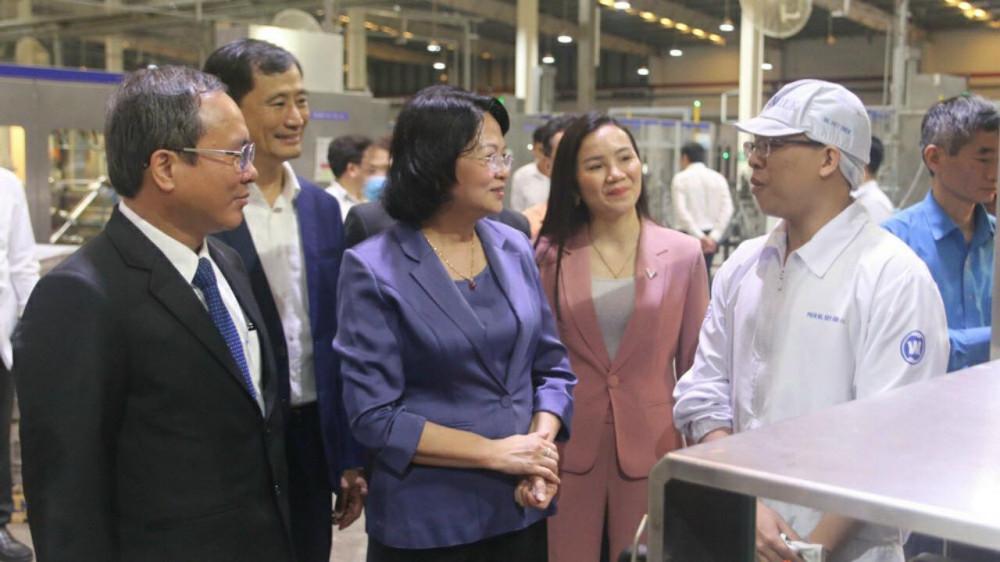 Phó Chủ tịch nước Đặng Thị Ngọc Thịnh cùng lãnh đạo tỉnh Bình Dương trò chuyện cùng công nhân tại nhà máy sữa