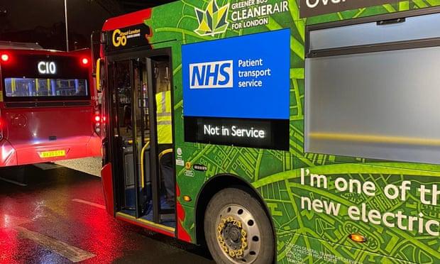 Một trong những chiếc xe bus được cải tạo thành xe cứu thương với dấu hiệu nhận diện riêng trên thân xe