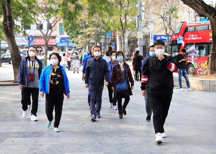 Du khách tuân thủ đeo khẩu trang trên đường phố TPHCM