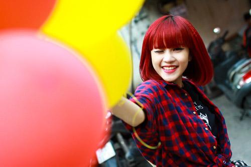 Khoảng năm 2013, Thiều Bảo Trâm vướng nghi án âm thầm hẹn hò với Sơn Tùng M-TP. Khi đó, nữ ca sĩ cũng mới gia nhập làng giải trí. Hình ảnh thời bấy giờ của Thiều Bảo Trâm khá dễ thương với kiểu tóc ngắn ngang vai, nhuộm màu đỏ đậm và theo đuổi phong cách cá tính.