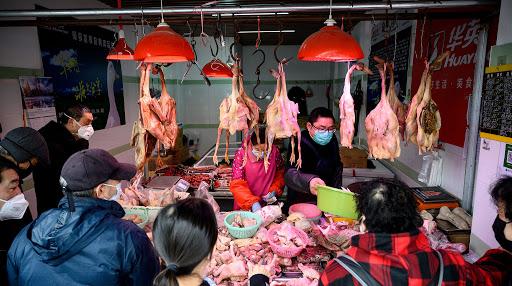 Người dân Trung Quốc bắt đầu lo ngại trước những sản phẩm tiêu dùng trong nước sau khi lực lượng chức năng phát hiện kem và thịt gà nhiễm vi-rút