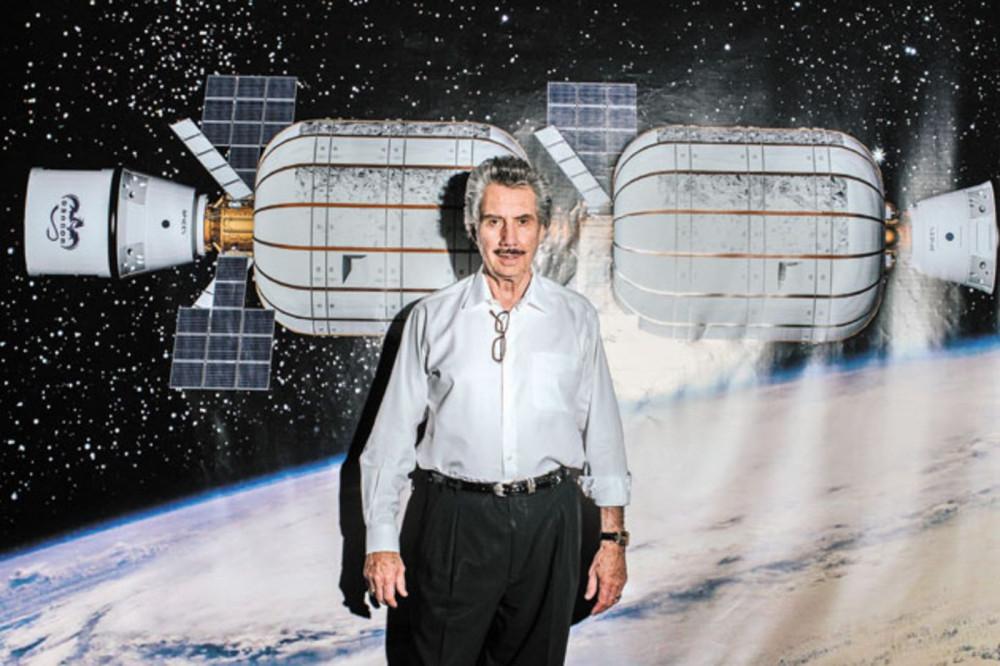 Ông Bigelow cũng dành nhiều quan tâm cho việc nghiên cứu không gian và những bí ẩn của vũ trụ - Ảnh: Michael Friberg