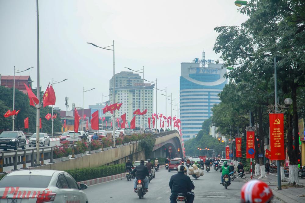 Những ngày này, đường phố Hà Nội trung tâm TP. Hà Nội, vườn hoa, công viên  được trang hoàng bởi cờ, hoa, băng rôn, khẩu hiệu rực rỡ để phục vụ, chào mừng Đại hội.