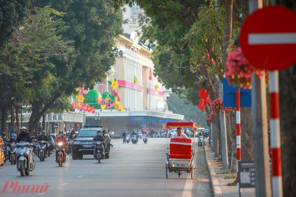 Được biết, Liên quan đến công tác trang trí, tuyên truyền, cổ động trực quan, thành phố Hà Nội đã triển khai 63 cụm pano, áp phích khổ lớn và hơn 4.000 các băng rôn, gần 4.000 quốc kỳ, hồng kỳ. Hàng vạn lá cờ Tổ quốc được người dân các quận, huyện treo dọc các tuyến đường, khu trung tâm, ngõ xóm.